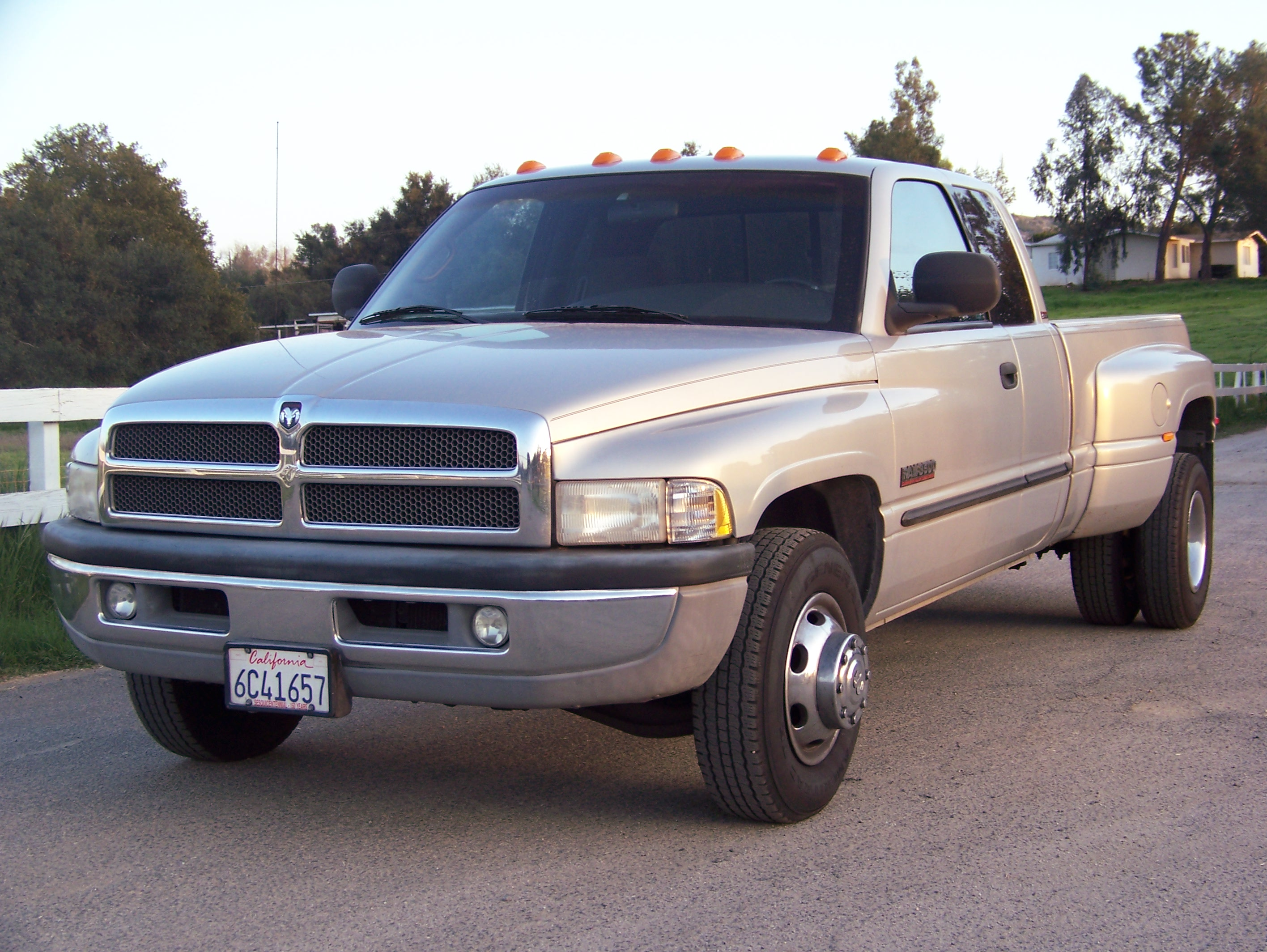2000 dodge ram pickup 3500 photos informations articles. Black Bedroom Furniture Sets. Home Design Ideas