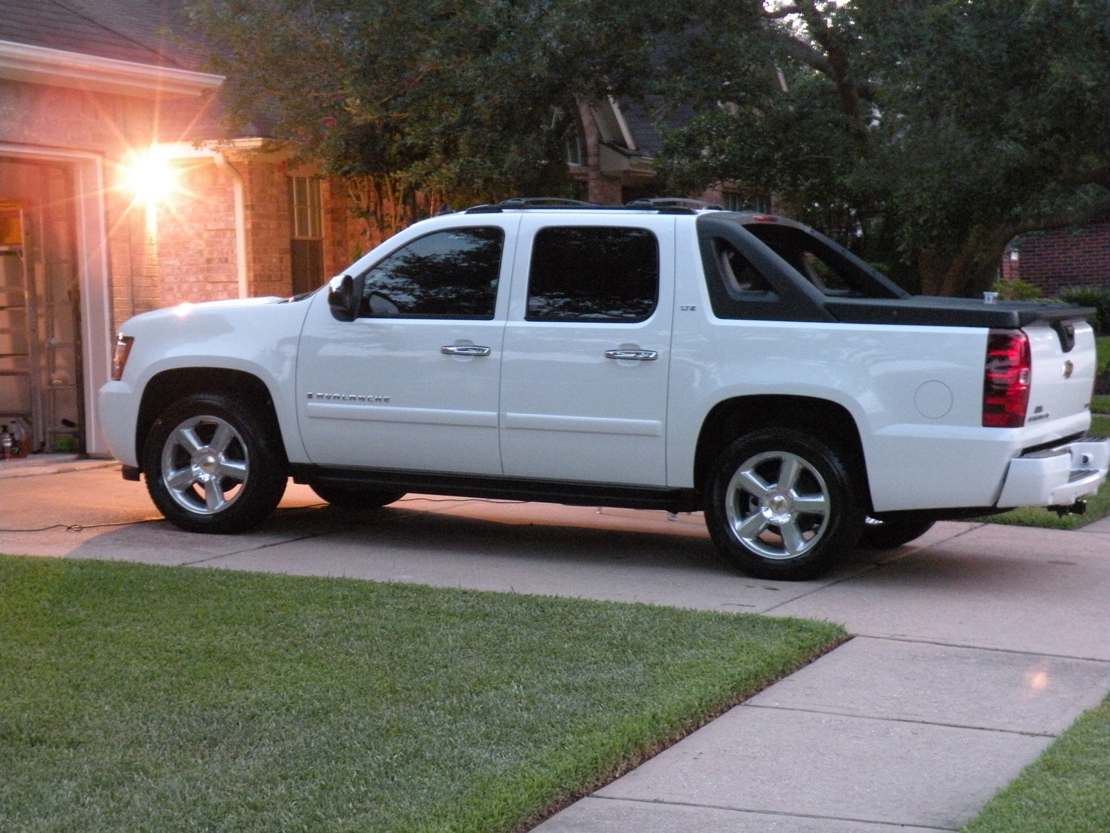 2008 chevrolet avalanche photos informations articles. Black Bedroom Furniture Sets. Home Design Ideas