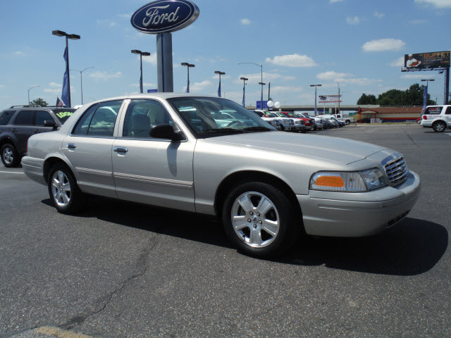 2010 Ford Crown Victoria #19