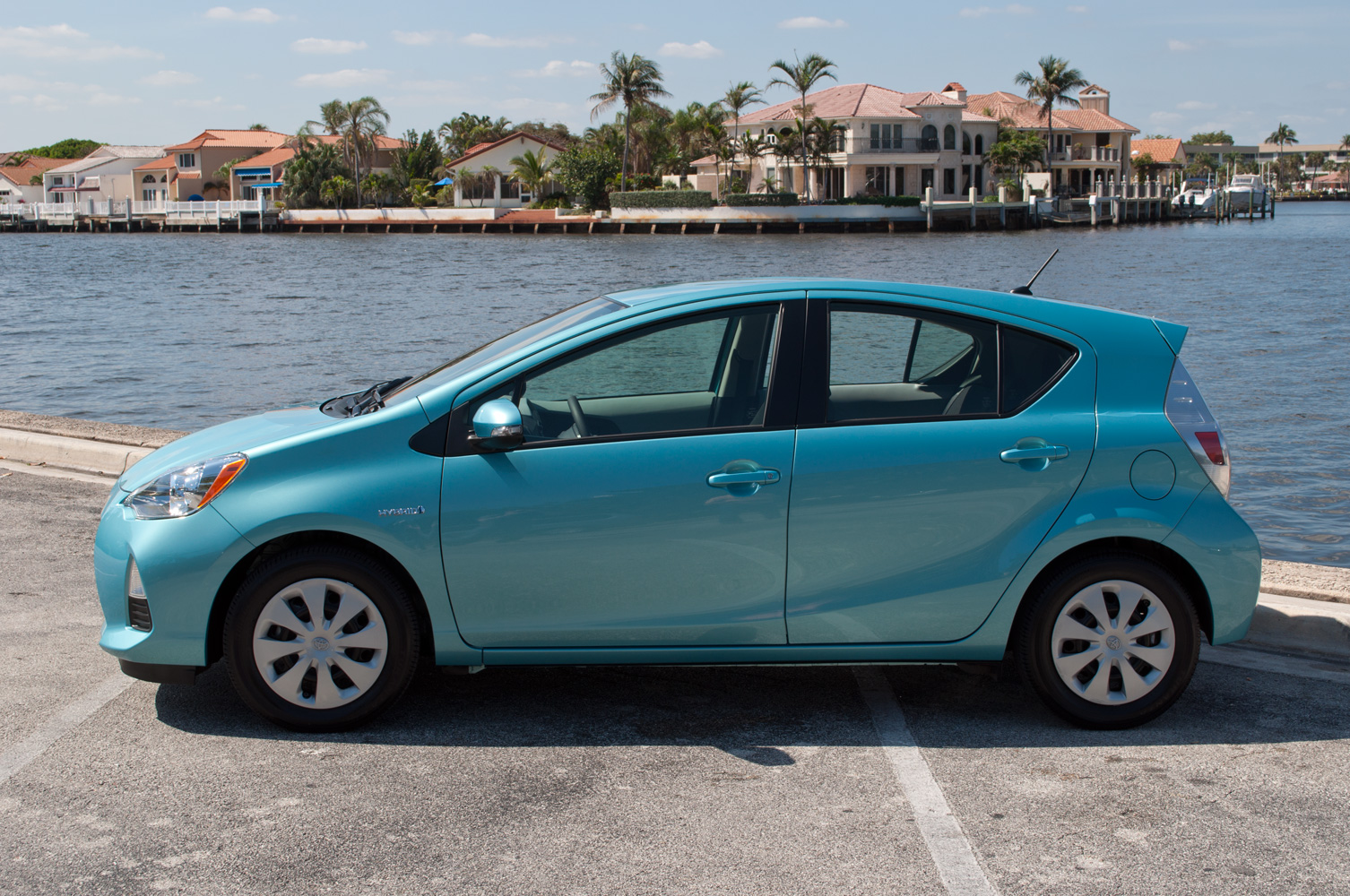 2013 toyota prius c photos informations articles. Black Bedroom Furniture Sets. Home Design Ideas