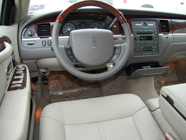2010 Lincoln Town Car Photos Informations Articles Bestcarmag Com