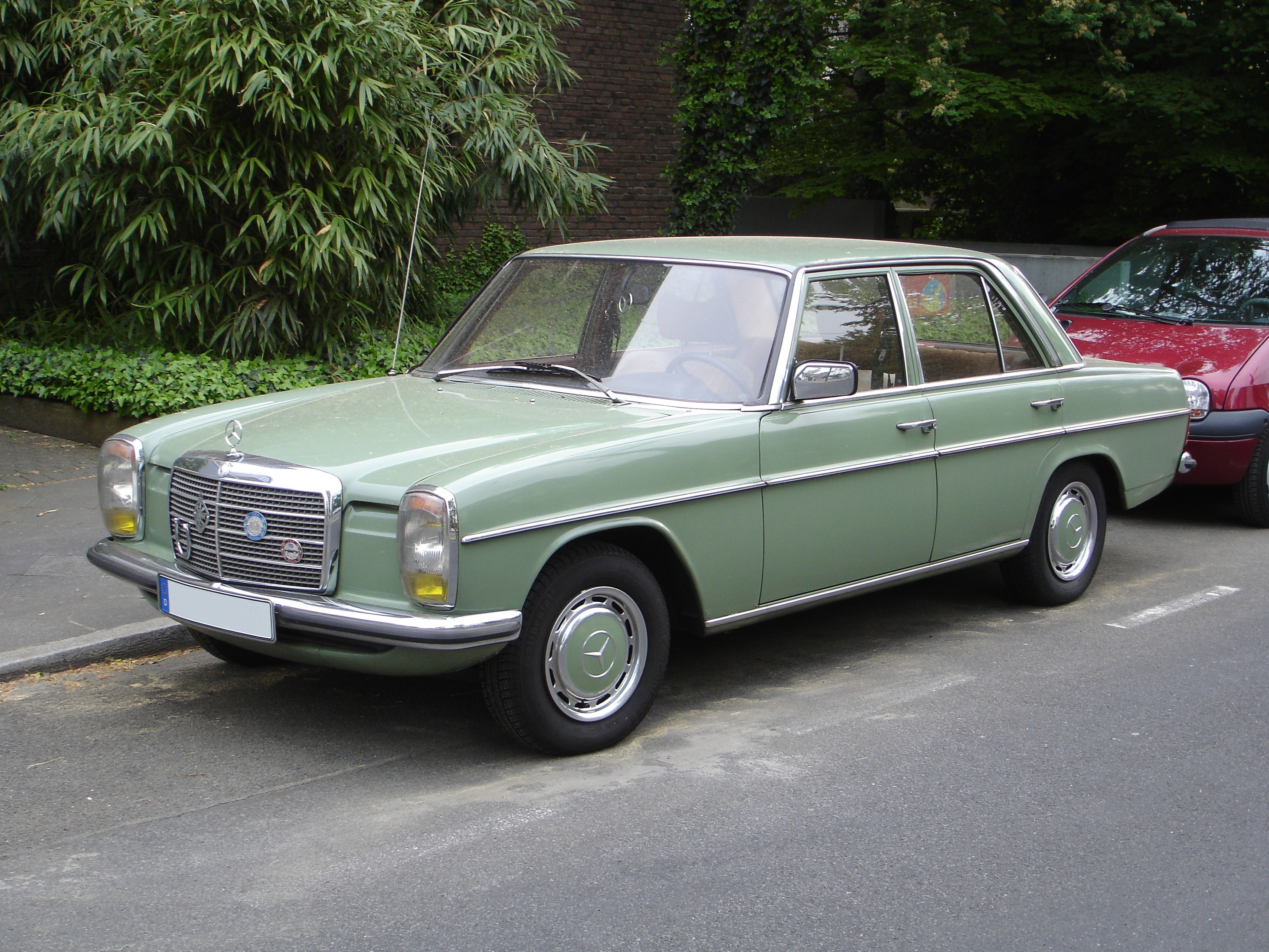 1973 mercedes benz 200 photos informations articles. Black Bedroom Furniture Sets. Home Design Ideas