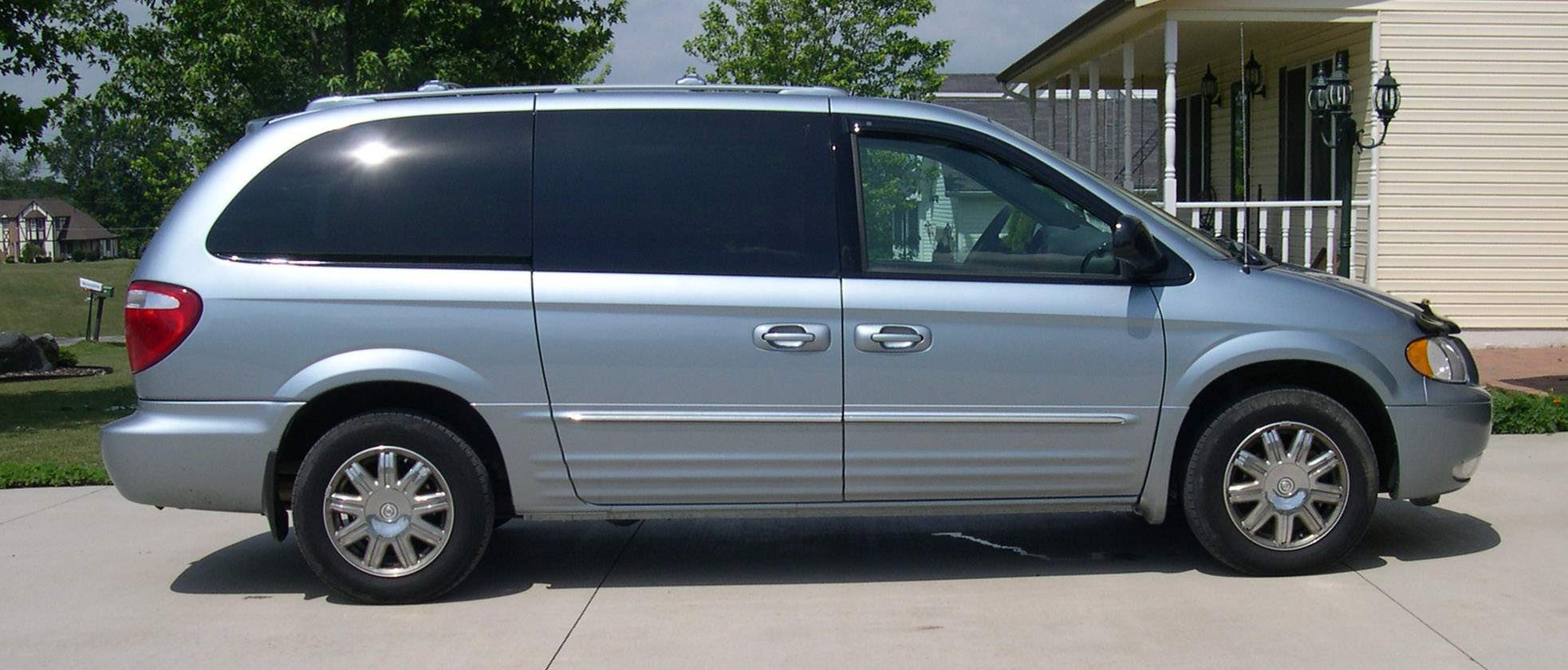 2004 Chrysler Town And Country #2