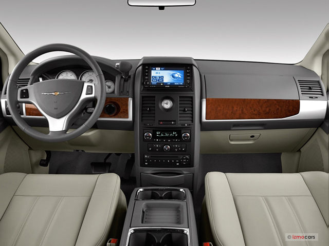 2010 Chrysler Town And Country #7