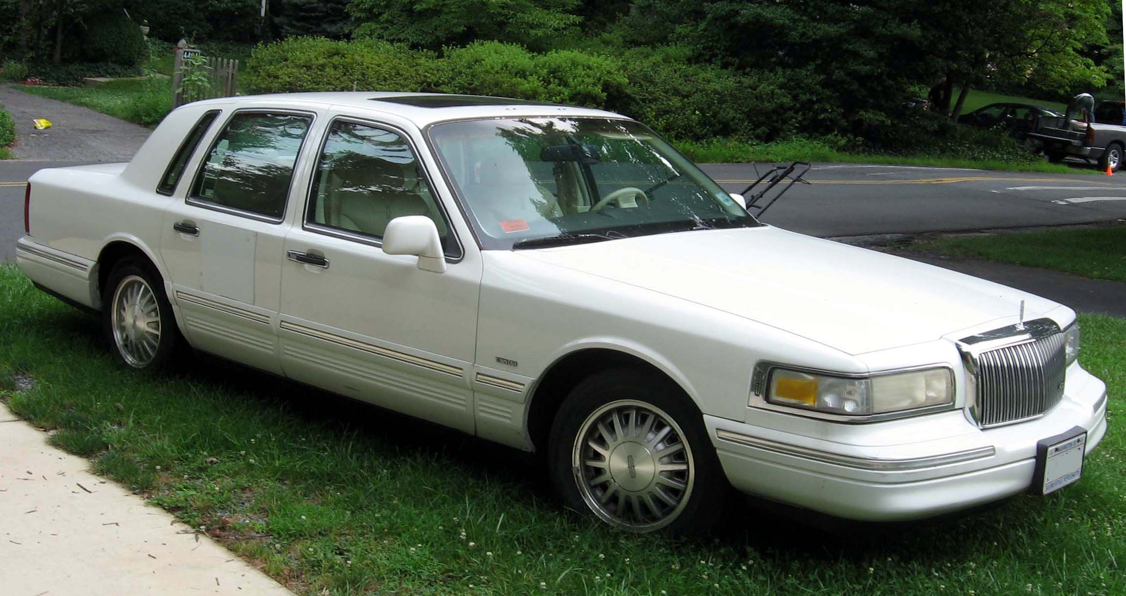 1990 Lincoln Town Car Photos, Informations, Articles - BestCarMag.com
