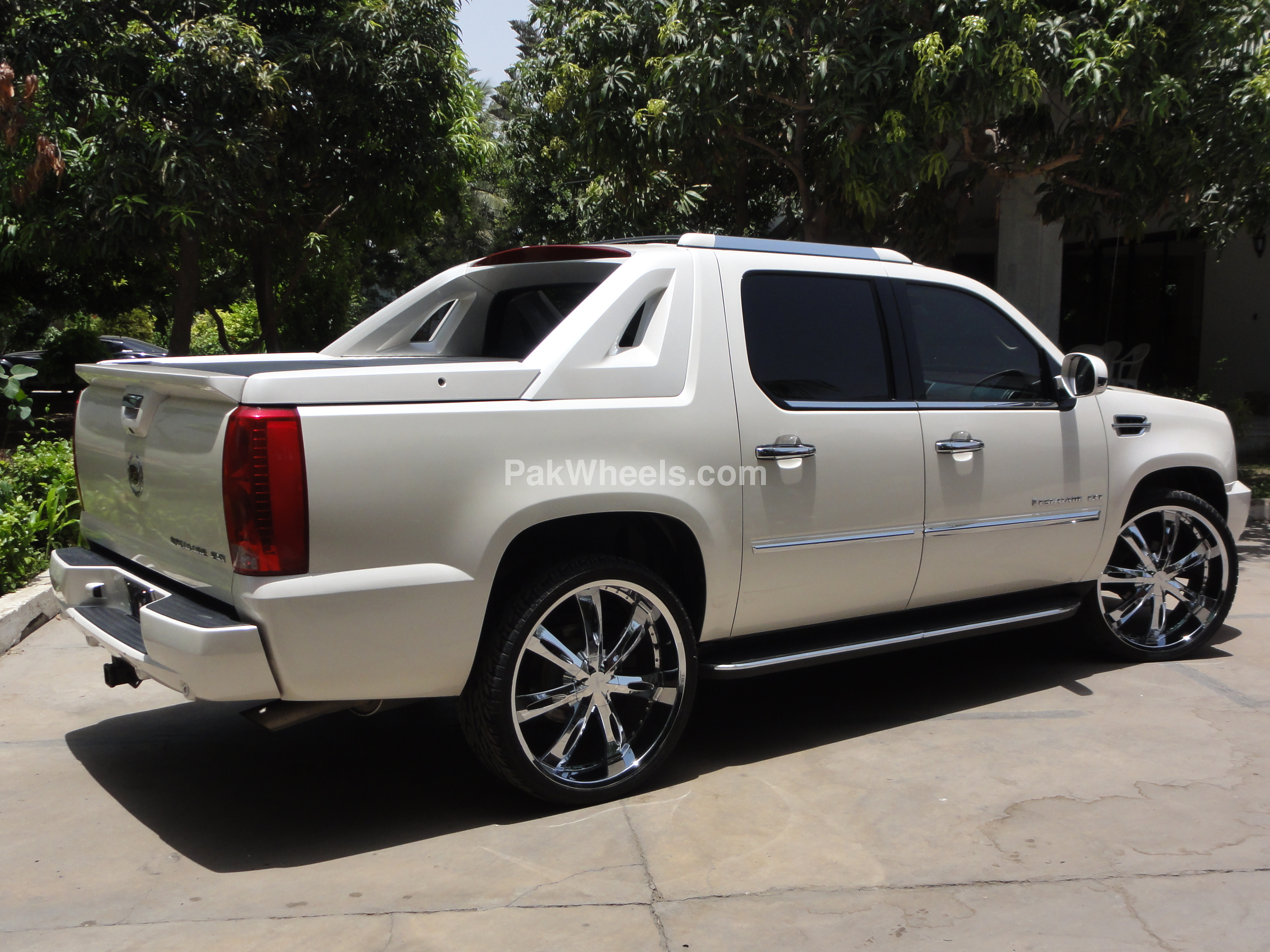 2010 cadillac escalade ext photos informations articles. Black Bedroom Furniture Sets. Home Design Ideas