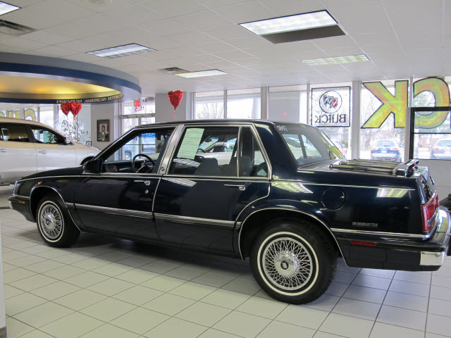 Buick Lesabre Blue Sedan Limited Gasoline Cylinders Front Wheel Drive Automatic on 1990 Buick Lesabre Limited