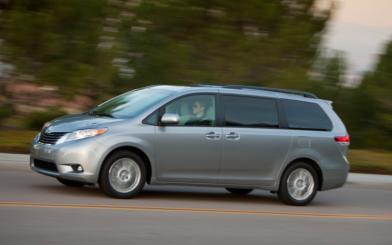 2013 toyota sienna photos informations articles. Black Bedroom Furniture Sets. Home Design Ideas