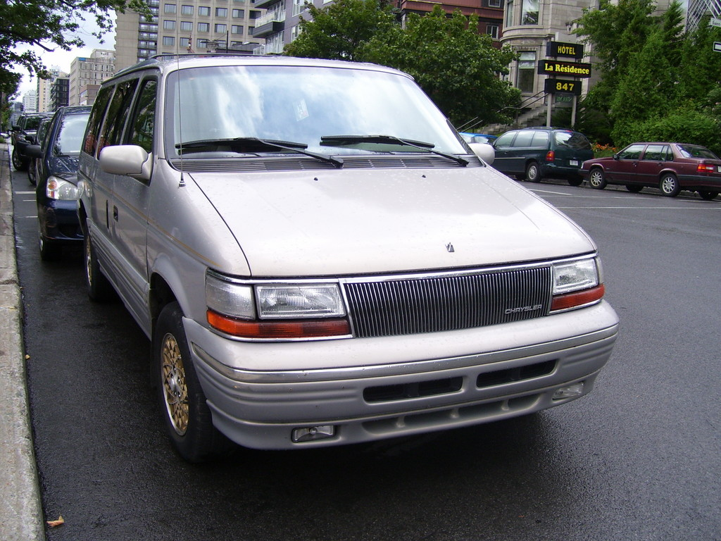 1995 Chrysler Town And Country #11