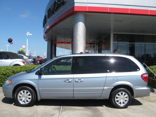 2005 Chrysler Town And Country #9