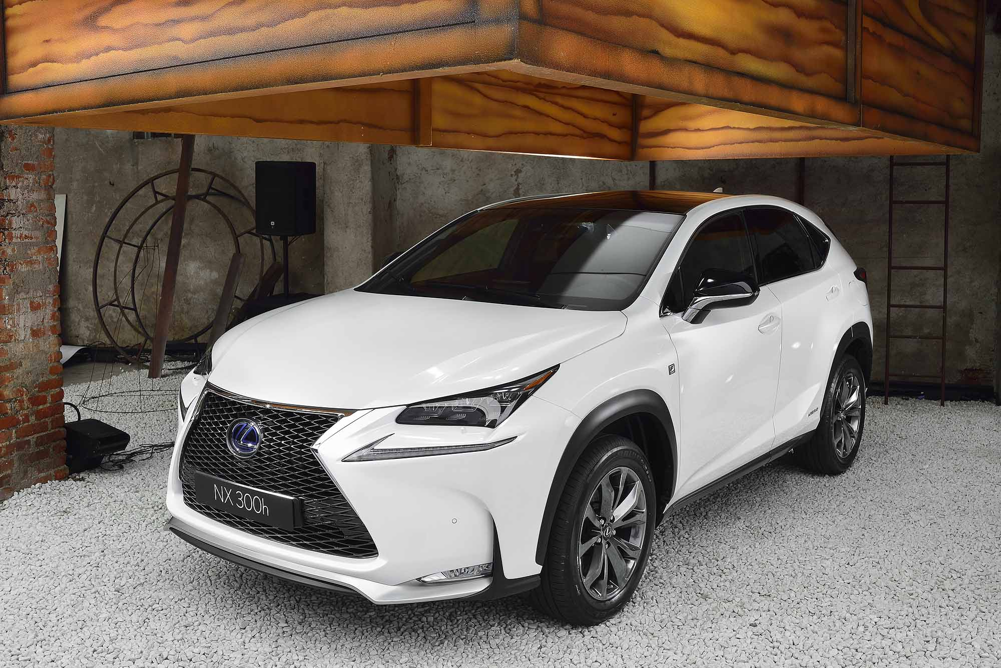 lexus nx 300h photos informations articles. Black Bedroom Furniture Sets. Home Design Ideas