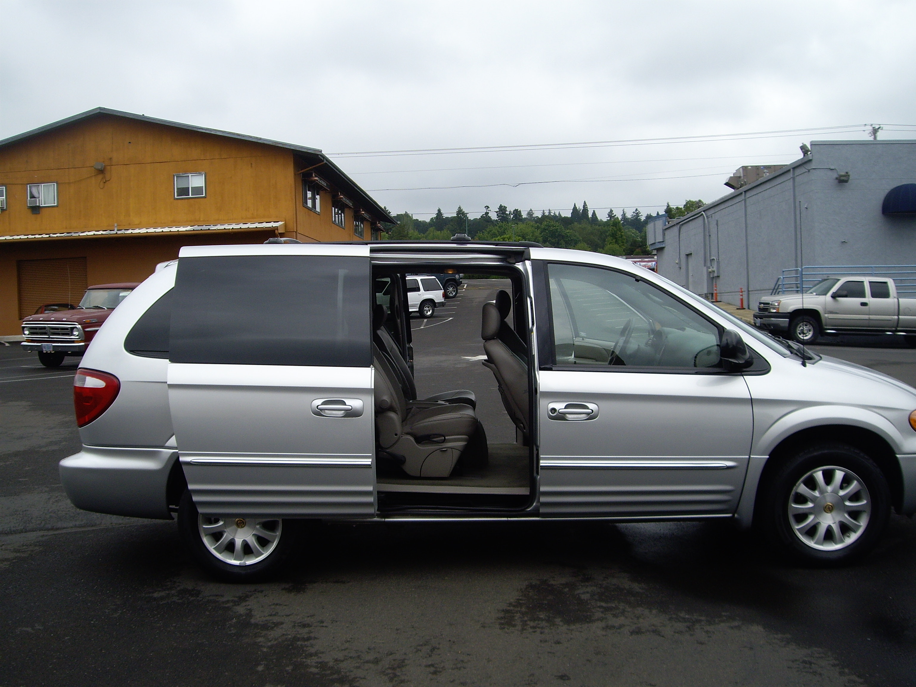 2002 chrysler town and country photos informations articles. Cars Review. Best American Auto & Cars Review